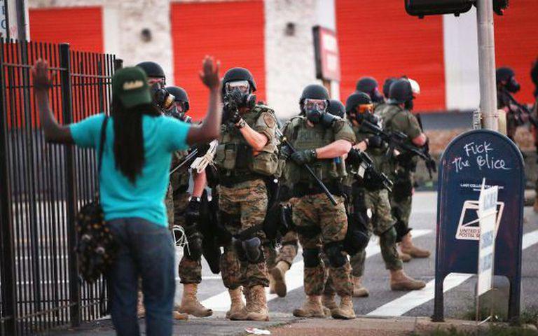 A polícia bloqueia a entrada de manifestantes no centro de Ferguson, no protesto desta segunda-feira.