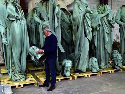 Patrick Palem, especialista em restauração, segura a cabeça de uma das estátuas colocadas no telhado da Notre Dame e que foram retiradas para restauração antes do incêndio.