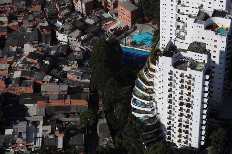 Vista aérea da favela de Paraisópolis ao lado de edifícios de luxo no Morumbi, em São Paulo.