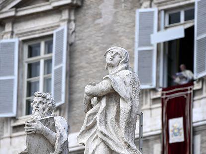 Papa Francisco conduz sua oração do Angelus dominical da janela de seu escritório com vista para a Praça de São Pedro, na Cidade do Vaticano.