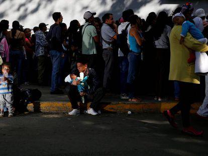 Fila em uma loja de comestíveis em Caracas.