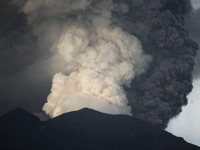 Vista do monte Agung nesta segunda-feira.