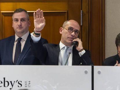 Andrés White, fazendo um lance atrás do outro até levar por 135 milhões de reais a pérola de Maria Antonieta. Do outro lado do telefone está seu cliente, o misterioso comprador.
