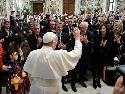 Papa Francisco saúda um grupo de parlamentares em Marselha