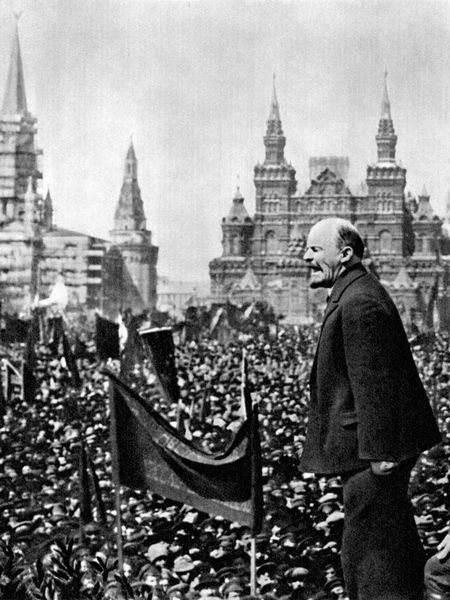 Lênin faz um discurso na Praça Vermelha de Moscou nas comemorações de 1o de maio de 1919.