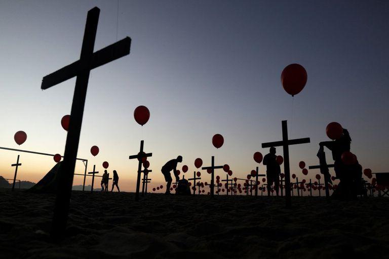 Instalação da ONG Rio de Paz na praia de Copacabana em memória aos mortos por coronavírus no Brasil, agosto de 2020.