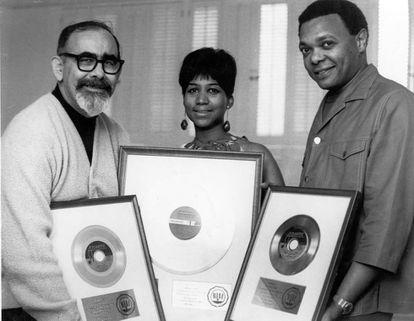 Da esq. para a dir.: o produtor Jerry Wexler, da Atlantic, Aretha Franklin e o marido e empresário da cantora, Ted White, numa imagem de 1968 em Nova York.