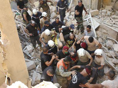 Sobrevivente é resgatado dos escombros nesta quarta-feira em Beirute.