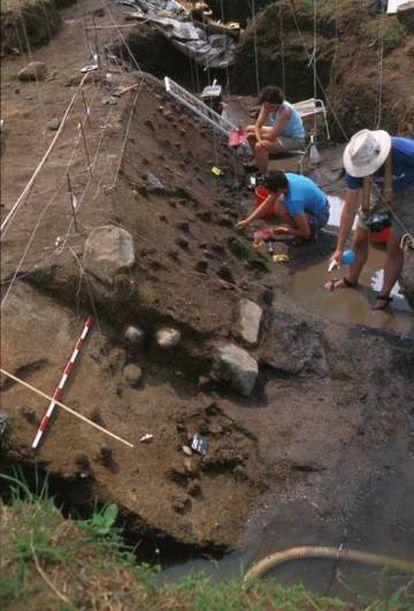 Escavação no sítio arqueológico de Gesher Benot Ya'aqov.
