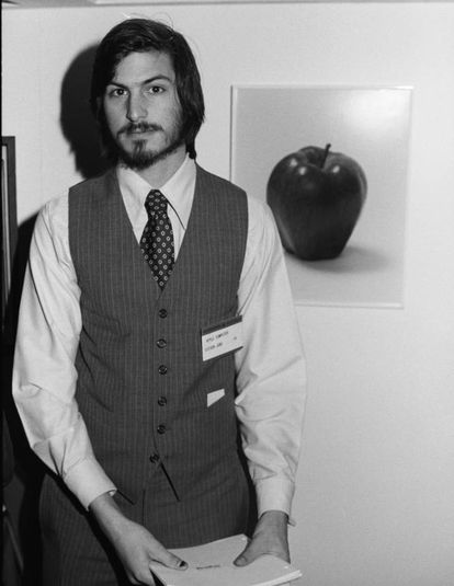 A Apple Computer Company nasceu da mente e na garagem de um jovem californiano de 21 anos, que só frequentou a faculdade por seis meses porque não podia pagar os estudos. Steve Jobs (1955-2011) e seu amigo Steve Wozniak fundaram a Apple em 1976. Aos 26 anos, um ano após a Apple abrir o capital, Jobs e Wozniak já eram milionários.