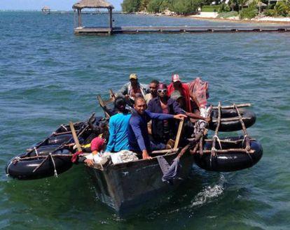 Bote caseiro com 16 cubanos chega à ilha Grand Cayman.