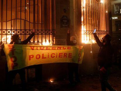 Agências do Banco da França incendiadas durante a marcha contra a nova lei de segurança nacional em Paris.