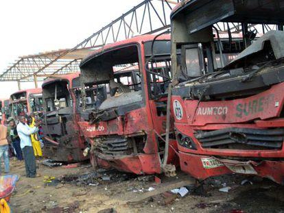 Ônibus atingidos pela explosão na estação de Abuya.