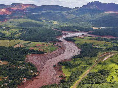 Vista aérea da devastação em Brumadinho. Ao fundo, a Serra Três Irmãos.