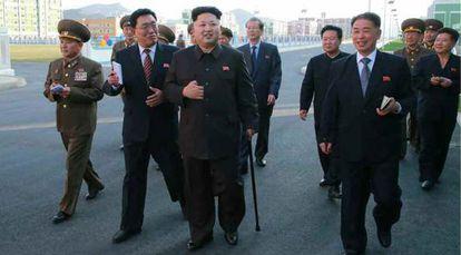 Fotografia cedida pelo jornal 'Rodong Sinmun', que mostra Kim Jong-un caminhando com uma bengala.