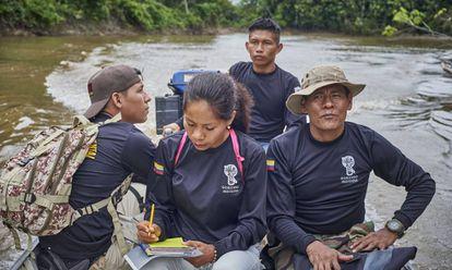 Integrantes da guarda indígena ambiental durante una navegação de rotina pelo rio Amacayacu, próximo à comunidade de San Martín.
