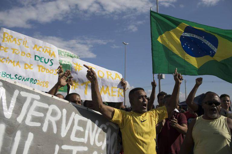 Manifestantes em Duque de Caxias (RJ), na segunda-feira.