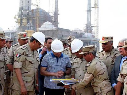 O presidente egípcio Al Sisi, visitando as obras da nova capital
