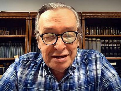 Olavo de Carvalho, durante a transmissão de uma live.