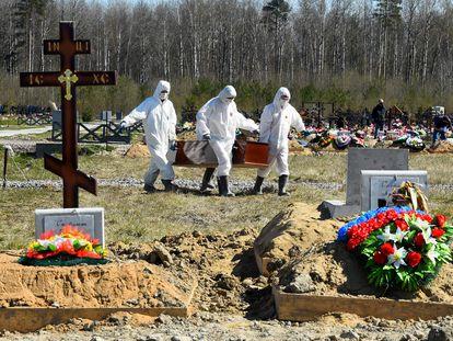 Enterro de uma vítima do coronavírus no cemitério de Kolpino, na periferia de São Petersburgo, em 6 de maio.