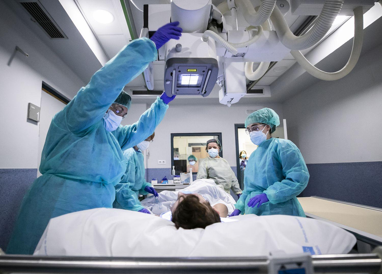 Uma paciente é preparada para radiografia no hospital Gregorio Marañón, em Madri.