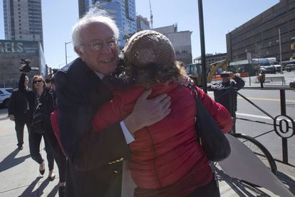 Eleitora abraça Bernie Sanders no Brooklyn, nesta quarta.