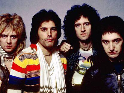 Roger Taylor, Freddie Mercury, Brian May e John Deacon, os quatro integrantes do Queen, numa foto de 1977.