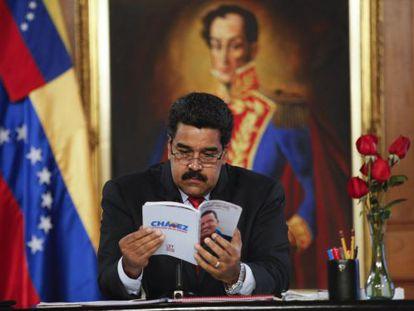 Maduro lê algumas das propostas de seu antecessor, Hugo Chávez.