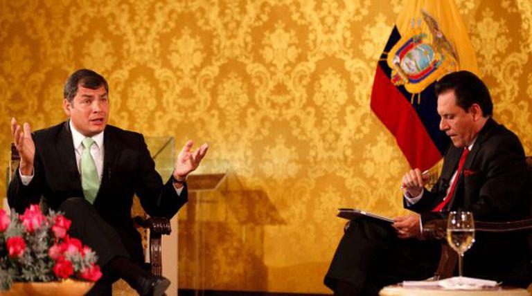 Correa e o jornalista encarregado de vigiar seus colegas.