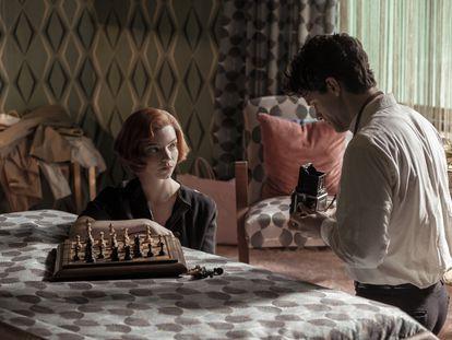Anya Taylor-Joy e Jacob Fortune-Lloyd em um instante do terceiro capítulo de 'O Gambito da Rainha'. Em vídeo: o trailer da série.