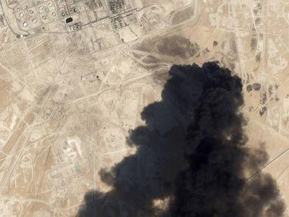 Imagem de satélite da refinaria de Abqaiq depois do ataque.