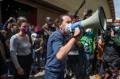 A ministra da Igualdade, Irene Montero, e seu marido, o candidato do Unidas Podemos à presidência da Comunidade, Pablo Iglesias, se dirigem ao público durante um ato do partido no ginásio municipal Cerro Buenavista, em Getafe (Madri), em 27 de abril.
