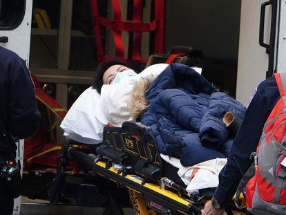 Paciente com covid-19 dá entrada num hospital de Nova York.