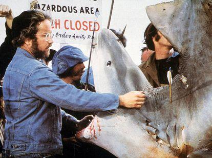 Richard Dreyfuss num momento de afeto com um de seus colegas de elenco, o tubarão, durante as filmagens.
