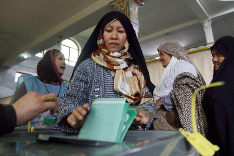 Uma mulher afegã vota em um colégio eleitoral de Cabul.