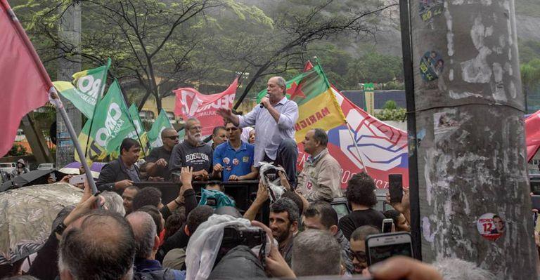Ciro Gomes discursa em evento na favela da Rocinha, nas vésperas do primeiro turno.