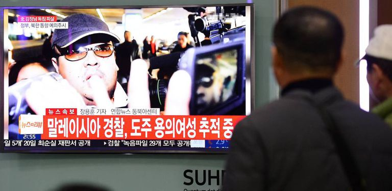 Sul-coreanos veem notícias sobre a morte de Kim Jong-nam.