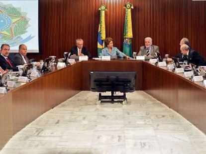 Rousseff, ao centro, durante a reunião ministerial.
