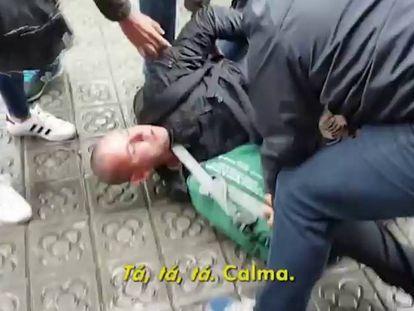 O momento da detenção do prófugo na praça de Urquinaona.