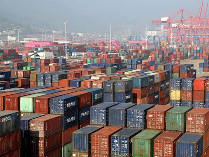 Contêineres no porto de Lianyungang, na província chinesa de Jiangsu.