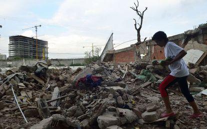 A moradora Penha caminha entre os escombros da Vila Autódromo.