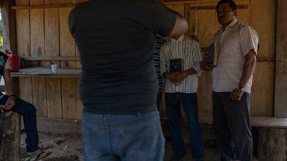 Pastor da Equipe 91 ao lado de ex-integrante do Comando Vermelho, que grava depoimento de conversão para poder deixar o crime.