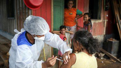 Mulher recebe a primeira dose da vacina da AstraZeneca em Manacapuru, Amazonas, em 1º de fevereiro.