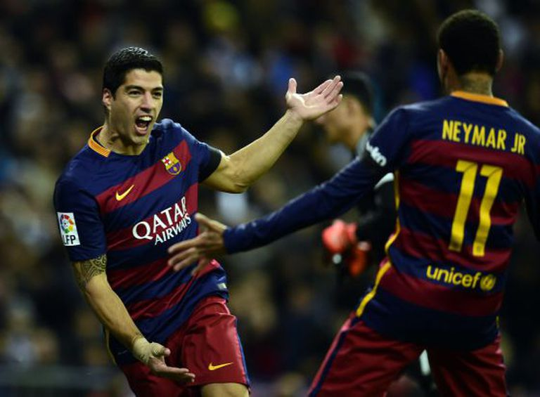 Suárez comemora com Neymar o gol que abriu o placar.