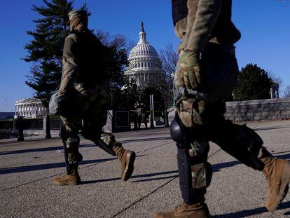 Soldados em frente ao Congresso dos Estados Unidos, nesta quinta-feira, depois da invasão da véspera. Em vídeo, imagens dos agentes de segurança durante o ataque.