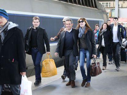 Carla Bruni e Nicolas Sarkozy na estação Paris Est, em março.