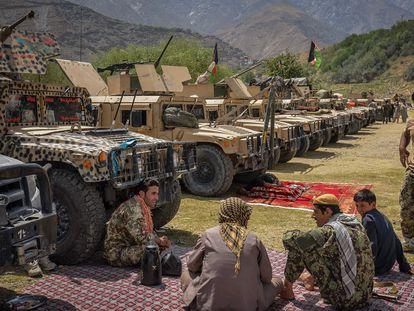 Homens armados que apoiam as forças regulares afegãs junto a seus veículos em Bazarak, na província de Panshir, nesta quinta-feira.