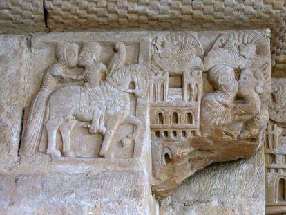 Casal se abraça na entrada principal do mosteiro de San Pedro de Villanueva, em Cangas de Onís (Astúrias).