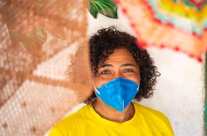 Kátia Cilene Silva de Lima também faz artesanato no Titanzinho.