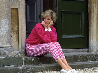 A princesa Diana de Gales nos degraus de sua residência de Highgrove, em Gloucestershire (Inglaterra), em 18 de julho de 1986.
